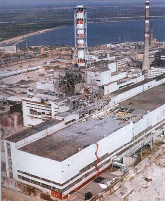 Чернобыльская АЭС после взрыва.