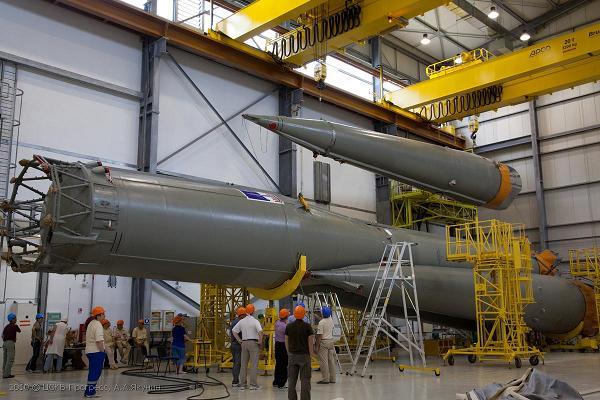 Сборка первой ракеты на космодроме Куру