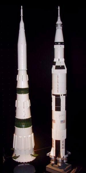 Макеты двух ракет: Н1 (слева) и Сатурн-5 (справа)